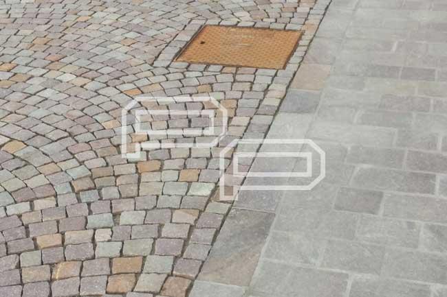 Pavimento in piastrelle e cubetti di porfido
